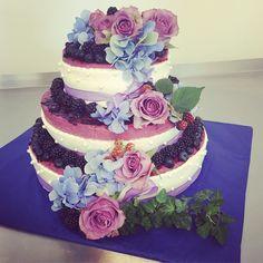 Dagens bröllopstårta moussetårta med björnbär & blåbär. #sockermajas #bakery #bröllop #weddingcake #björnbär