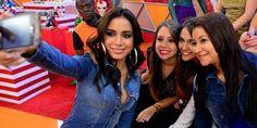 Anitta se joga na plateia e tira selfie com fãs. Veja os bastidores do #Legendários4Anos http://r7.com/Ucub pic.twitter.com/mRr2flbj0l