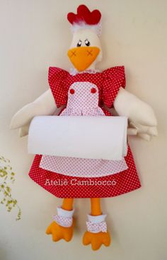 Portarollo gallina Foam Crafts, Diy And Crafts, Refrigerator Covers, Chicken Quilt, Chicken Crafts, Peg Bag, Baby Shoes Pattern, Plastic Bottle Crafts, Paper Towel Holder
