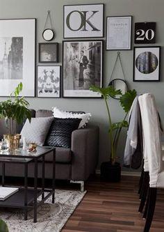Soffa från EM. Matta och glasbord från Ikea. Kuddar från H&M home. På väggen hänger olika inramade prints och speglar från Åhléns.