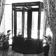 Bonne journée IG! Pour moi c'est #Toulouse place du #capitole , et cette superbe #porte du grand hôtel de l'opéra! #door #blackandwhite #frenchblogger #whitebird #goldfishgangblog