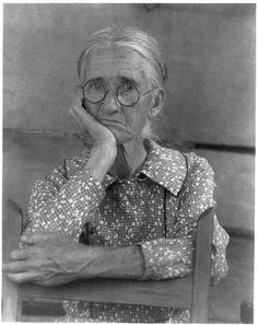 old woman leaning on back of chair no. 2 (doris ulmann, appalachian portraits, Reminds me of my Granny. Vintage Pictures, Old Pictures, Vintage Images, Old Photos, Appalachian People, Appalachian Mountains, Appalachian Trail, Woman Back, Vintage Farm