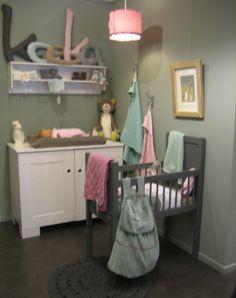 Babykamer in de winkel gestyled met Koeka in de kleuren mint, sapphire, babyroze, old cerise en taupe www.jutenjuul.nl