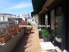 Ático soleado de reciente construcción, orientación sur y con amplia terraza ubicado en la calle García Barbón, a un paso del club financiero y de la conexión con la AP-9.