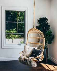 Here are some doable living room decor and interior design tips that will make your home cozy and comfortable for family and friends. Design Loft, Deco Design, Bedroom Chair, Swinging Chair, Rocking Chair, Diy Chair, Interior Exterior, Interior Design, Interior Decorating