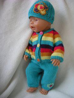 Oblečky pro panenku - pletený pruhovaný komplet K prodeji jsou třikousky ve veselých barvách. Pletený svetr na knoflíky, pletené kalhoty v pase do gumy a háčkovaná čepička s aplikací kytičky. Vše se snadno obléká. Perte v ruce na 30 C. Vhodné pro panenku Baby Born a podobná miminka cca 42 cm.
