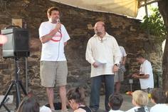 L'Il·lm. Alcalde de Pardines presentant al pregoner de la Festa Major d'enguany.