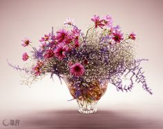 This is a colorful arrangement that emphasizes the soaring appearance of cosmos, a flower representative of autumn. Flowers For You, Bunch Of Flowers, Small Flowers, Small Flower Arrangements, Flower Centerpieces, Ikebana Sogetsu, Modern Floral Design, Oriental Flowers, Flower Names