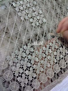 What BEAUTIFUL drawn-thread needlework!I don't know who made this or even how it's done, but it was so beautiful I had to pin it for you to see! Hardanger Embroidery, Ribbon Embroidery, Embroidery Stitches, Embroidery Patterns, Needle Lace, Bobbin Lace, Weaving Techniques, Embroidery Techniques, Drawn Thread
