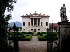 Giardino di Villa Emo, Monselice, Italia    Attribuita a Vincenzo Scamozzi, la cinquecentesca Villa Emo sorge ai piedi dei Colli Euganei non lontano Da Monselice.