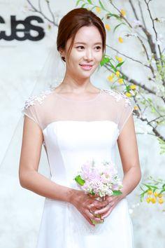 Hwang Jung Eum & Pro Golfer Fiancee Wed in Beautiful Ceremony!   Koogle TV