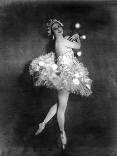 Portret van balletdanseres Anna Pavlova op spitzen en gekleed in tutu, gepubliceerd in Het Leven, 1927.