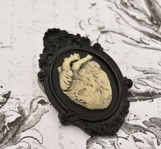 Broches, broche coeur anatomique orné noir est une création orginale de thebatinthehat sur DaWanda