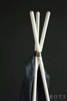 Trendikäs naulakko harjanvarsista ja hitsauslangasta. www.k-rauta.fi  Toteutus Koti ja keittiö -lehti. Create a trendy clothes rack  using the wooden sticks of a broom.