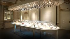 """Installation view of the """"Set in Style: The Jewelry of Van Cleef & Arpels"""" exhibition organized by Cooper-Hewitt, National Design Museum"""
