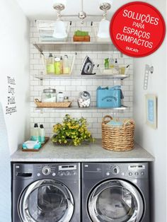Aqui, uma bancada foi posta em cima da máquina de lavar e da de secar. Prateleiras mais acima deixam os utensílios todos organizados.