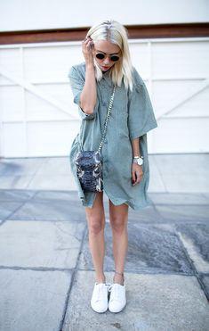 vestido camisa listrado com mini bag e tênis branco - Street style