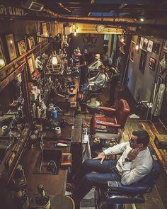 Barber Shop Interior, Barber Shop Decor, Barber Shop Vintage, Vintage Shops, Barber Shop Equipment, Volkswagen Beetle Vintage, Barber Tattoo, Salon Stations, Barbershop Design