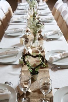 12 inspirations for a rustic wedding ceremony. Wedding Favors, Wedding Ceremony, Wedding Day, Wedding Scene, Table Wedding, Deco Champetre, Wedding Table Decorations, Table Flowers, Rustic Wedding