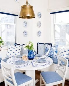 Blue & white I hope to decorate my DR like this, with more white and a touch of yellow.  You likee?