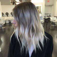 balayage cheveux aux reflets blond cendré ayant un effet naturel