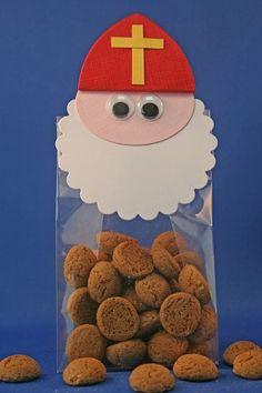 Zakje pepernoten met een Sinterklaashoofdje, leuke traktatie!