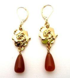 Aretes de Gardenia con cornalina en gota en baño de Oro de 24K. Gardenia earrings with cornaline in gold 24K plated.