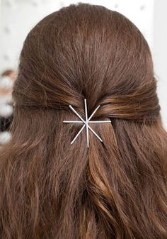 12 Gorgeous Bobby Pin Hairstyles You Can Create in Minutes Use your bobby pins to elevate a simple hairstyle like this half updo Bobby Pin Hairstyles, Pretty Hairstyles, Easy Hairstyles, Latest Hairstyles, Diy Beauty Room, Tips Belleza, Hair Accessories For Women, Love Hair, Beauty Trends