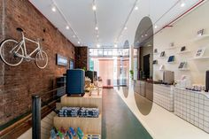 Travel brand Away has a created a modern retail experience in New York unlike other traditional stores. Visual Merchandising, Travel Store, Store Layout, Showroom Design, Interior Design, Retail Concepts, Retail Experience, Branding, Retail Interior