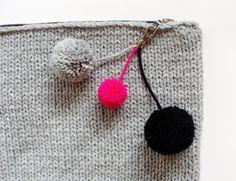 Knitted Clutch XXL - pom pon detail