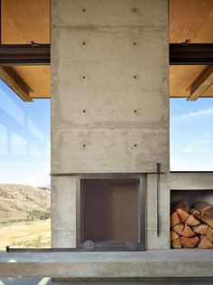 Tom Kundig's Studhorse is a rural retreat for both snowy winters and scorching summers Concrete Fireplace, Stove Fireplace, Fireplace Design, Architecture Details, Interior Architecture, Patio Central, Casas Club, Rustic Loft, Rural Retreats
