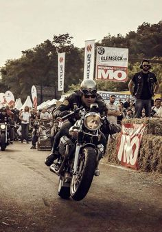 The best of vintage motorcycles Moto Cafe, Cafe Bike, Cafe Racer Bikes, Cafe Racer Motorcycle, Motorcycle Outfit, Enfield Motorcycle, Vintage Bikes, Vintage Motorcycles, Rockers