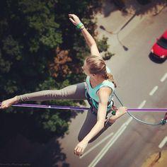 Olhar para frente ou para baixo? É sua a escolha de onde você quer chegar.  Look ahead or down? It's your choice where you wanna a go. #slackclick #slackline #highline #foco #balance #yogatime #equilibrio #slacklining
