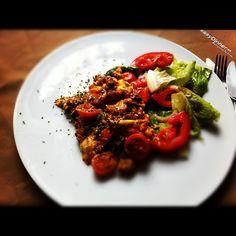 Omelette  de Carne con Tomatitos y Ensalada