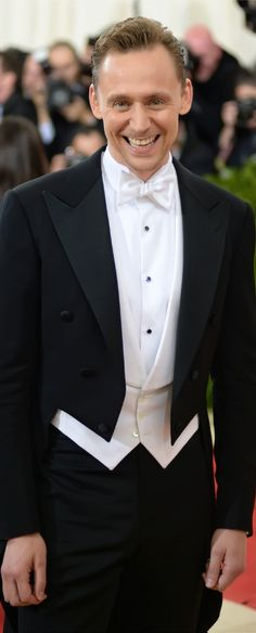 """Tom Hiddleston attends the """"Manus x Machina: Fashion In An Age Of Technology"""" Costume Institute Gala at Metropolitan Museum of Art on May 2, 2016 in New York City. Full size image: http://ww4.sinaimg.cn/large/6e14d388gw1f3ibgktx07j23js3jsx6p.jpg Source: Torrilla, Weibo"""