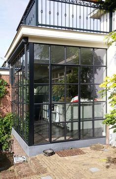 Creëer meer ruimte: stalen serre als aanbouw. This property has a steel conservatory as an extension. Garden Room Extensions, House Extensions, House Extension Design, House Design, Loft Design, Design Design, Glass Porch, Open Kitchen And Living Room, Victorian Porch