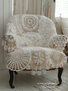 Vintage Retro Style Cover an old chair with vintage crocheted doilies, sewn together ~ 18 DIY Shabby Chic Home Decorating Ideas on a Budget - In this article we have collected 18 different DIY shabby chic decor ideas for those, who Love The Retro Style. Shabby Chic Mode, Casas Shabby Chic, Shabby Chic Style, Boho Chic, Bohemian, Modern Shabby Chic, Rustic Style, Shabby Vintage, Vintage Diy