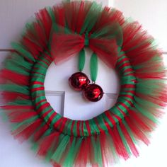 what color is your Nutcracker Christmas? Hang ornament of choice in this tul wreathDiy christmas wreath ideas to decorate your holiday season 49 - GODIYGO.Joyful And Creative DIY Christmas Wreaths Decoration - Decoralinkwreath for co-op classChristma Tulle Crafts, Wreath Crafts, Diy Wreath, Christmas Projects, Holiday Crafts, Wreath Ideas, Burlap Wreaths, Door Wreaths, Tulle Wreath Tutorial