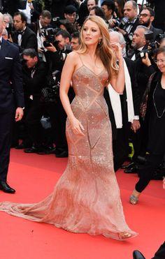 Grávida do segundo filho, Blake Lively aposta em vestido com transparência em Cannes