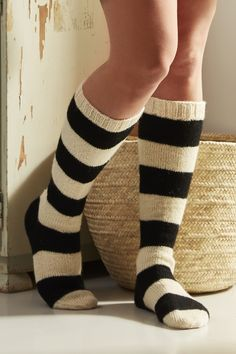Tasapaino, neulotut raidalliset polvisukat Woolen Craft, Woolen Socks, Comfy Socks, Striped Socks, Knit Picks, Sock Yarn, Knee Socks, Knitting Socks, Knitting Machine