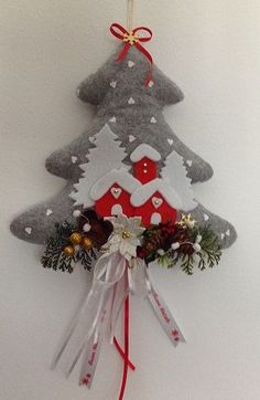 albero natalizio fuori porta in stoffa Easy Christmas Ornaments, Felt Christmas Decorations, Christmas Makes, Felt Ornaments, Handmade Christmas, Christmas Holidays, Christmas Wreaths, Christmas Projects, Holiday Crafts