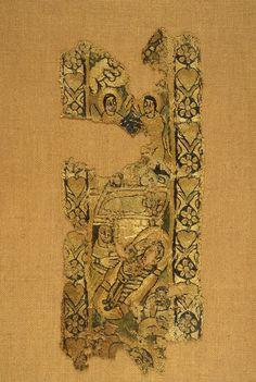 Bande décorative : scène de la Nativité   VIIe siècle après J.-C.   tapisserie de lin et de soie    On reconnaît le boeuf et l'âne autour de l'Enfant couché, surmonté de deux anges. Dans la partie inférieure sont représentés la sage-femme Salomé, reconnaissable à sa main démesurément agrandie, desséchée en raison de son incrédulité (selon un texte apocryphe, le Protévangile de Jacques) et la Vierge couchée accompagnée de Joseph.  Département des Antiquités égyptiennes  E 13945
