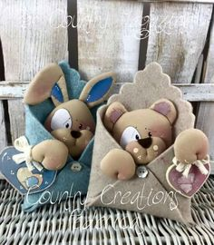 Dia dos namorados Felt Crafts, Diy And Crafts, Baby Shower Gifts, Baby Gifts, Bear Felt, Felt Animal Patterns, Baby Shawer, Country Paintings, Felt Toys