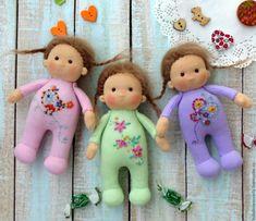 Вальдорфская кукла Карамельки в вышитых комбинезончиках 13 см - купить или заказать в интернет-магазине на Ярмарке Мастеров | Маленькие куколки в пришивных вышитых…