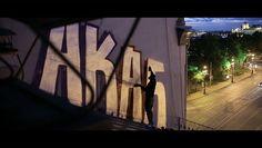Der Sprüher AKA6 steigt St. Petersburg aufs Dach! In strenger Pose erklärt der Maler ARTE Creative sein Leben, Werk und seine Einstellung zur staatlichen Autorität. Dass sein Name dabei Assoziationen zu einem bekannten Akronym wecken könnte, ist reiner Zufall. Doch was treibt den tag- und nachtaktiven Sprüher an? Der Ruhm allein ist es nicht ...