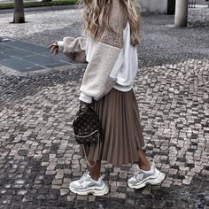 Cute Midi Skirt Outfits Perfect For Any Summer Occasion Mode Outfits, Skirt Outfits, Stylish Outfits, Fall Outfits, Fashion Outfits, Sneakers Fashion, Women's Sneakers, Sweater Skirt Outfit, Fashion Mode