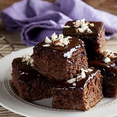 Try these delicious, nutrient-rich healthy chocolate desserts! Healthy Chocolate Desserts, Köstliche Desserts, Chocolate Recipes, Dessert Recipes, Healthy Filling Snacks, Yummy Snacks, No Dairy Recipes, Sweet Recipes, Torte Au Chocolat