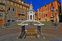 Acqui Terme, Piazza della Bollente. La fonte di acqua sulfurea in forma di edicola ottagonale (1879)