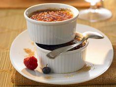 Crème brûlée - mit roten Johannisbeeren - smarter - Kalorien: 250 Kcal - Zeit: 40 Min. | eatsmarter.de