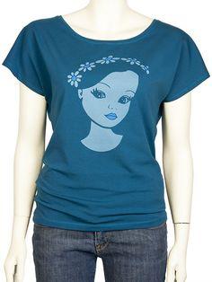Shirt Lolly.  Lekker ruimvallend petrolblauw t-shirt met een korte vleermuismouw. In kleine oplage handgemaakt in eigen atelier, met een zeefdruk in twee kleuren. Helemaal Pop Rok!